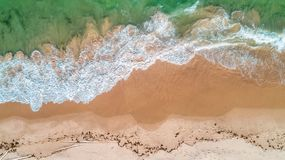 Satellietbeeld van het zandige strand en de oceaan in Zanzibar stock foto's