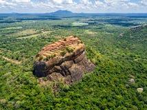 Satellietbeeld van hierboven van Sigiriya of Lion Rock, een oude vesting, paleis met terracesin Dambulla, Sri Lanka stock foto