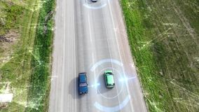 Satellietbeeld van hommel boven auto's het drijven langs lege plattelandsweg op zonnige dag futuristisch technologie stock videobeelden