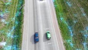 Satellietbeeld van hommel boven auto's het drijven langs lege plattelandsweg op zonnige dag futuristisch technologie stock video