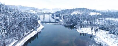 Satellietbeeld van hommel van een mooi meer in de berg tijdens de wintertijd stock foto's