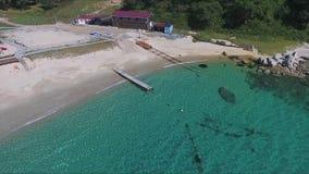 Satellietbeeld van houten pijler in rystal schone wateroverzees Wit zandig strand voor exotisch water stock footage