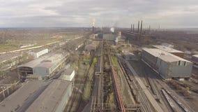 Satellietbeeld van industriële staalfabriek Luchtsleelfabriek Het vliegen over de pijpen van de rookstaalfabriek stock footage