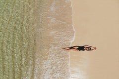 Satellietbeeld van jonge vrouw op strand stock foto's