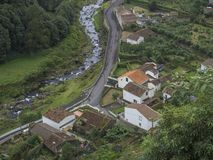 Satellietbeeld van klein dorp Faial DA Terra met draperende rivier, Sao Miguel, de Azoren stock foto's