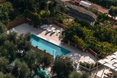 Satellietbeeld van klein rechthoek zwembad in olijfbomen, Italië, het concept van de reisvakantie royalty-vrije stock foto's