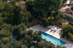 Satellietbeeld van klein rechthoek zwembad in olijfbomen, Itali?, het concept van de reisvakantie royalty-vrije stock foto's