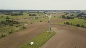 Satellietbeeld van kleine enige windturbine die snel de Zomerplatteland met landbouwgebieden roteren stock video