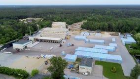 Satellietbeeld van Kleine Moderne Baksteenfabriek en Opslag in Groen Bos in de Zomer stock footage