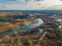 Satellietbeeld van landelijk landschap in de herfst Kleine dorpshuizen, rivier, de herfstbomen, landbouwbedrijfgebieden van homme royalty-vrije stock afbeelding