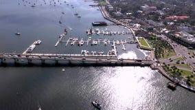 Satellietbeeld van Leeuwenbrug en boten in Heilige Augustine, Florida stock videobeelden