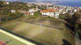 Satellietbeeld van luxevilla met privé hoven en sportterrein, de club van het land stock foto's