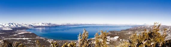 Satellietbeeld van Meer Tahoe op een zonnige de winterdag, Siërra bergen, Californië stock foto
