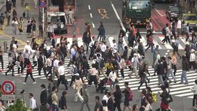 Satellietbeeld van menigte van voetgangersoversteekplaats in Shibuya-kruising Tokyo stock videobeelden