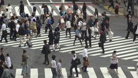 Satellietbeeld van menigte van voetgangersoversteekplaats in Shibuya-kruising Tokyo stock video