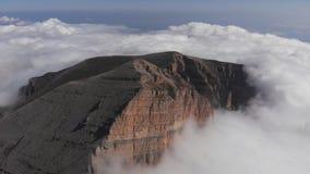 Satellietbeeld van mist in de bergkloof stock videobeelden