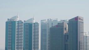 Satellietbeeld van moderne bureaugebouwen met glasvoorgevel, architectuurconcept voorraad Centraal bedrijfsdistrict met stock video