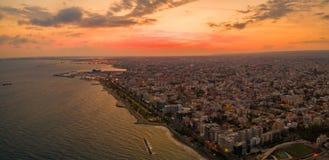 Satellietbeeld van Molos-Promenadepark op kust van Limassol stadscentrum, Cyprus stock fotografie