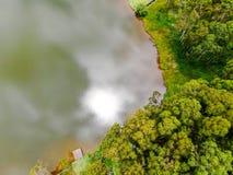 Satellietbeeld van mooi weinig houten cabana daarna het meer in tropische berg, stock afbeeldingen