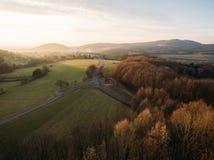 satellietbeeld van mooie heuvels met vegetatiebomen en weg royalty-vrije stock afbeelding