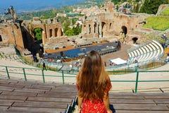 Satellietbeeld van mooie jonge vrouw het kijken ruïnes van het oude Griekse theater in Taormina, Sicilië Italië royalty-vrije stock foto