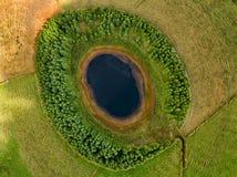 Satellietbeeld van mooie lagune in de eilanden van de Azoren De mening van het hommellandschap met lijnen en texturen op de achte stock fotografie