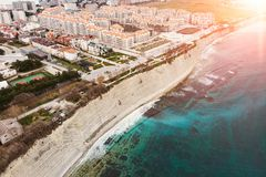 Satellietbeeld van nieuwe moderne gebouwen op zee kustlijn dichtbij zandstrand, toevlucht op de Zwarte Zee voor de zomertoerisme  royalty-vrije stock afbeeldingen