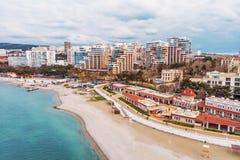 Satellietbeeld van nieuwe moderne gebouwen op zee kustlijn dichtbij zandstrand, toevlucht op de Zwarte Zee voor de zomertoerisme  royalty-vrije stock fotografie