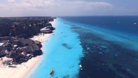 Satellietbeeld van Nungwi-strand en hotels, Zanzibar, Tanzania stock video