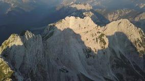 Satellietbeeld van Ochtendlandschap van Alpiene Bergen, Slovenië stock videobeelden