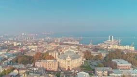 Satellietbeeld van Odesa-stadscentrum openbaren het van de binnenstad Odessa Opera en Ballettheater en zeehaven stock footage
