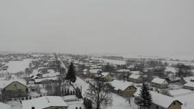 Satellietbeeld van Oekraïens dorp in sneeuw de winterdag Vlot beklim omhoog, 4k stock footage
