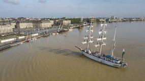 Satellietbeeld van oldsgeveltoppen op vertrek van de haven van Bordeaux stock fotografie