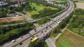 Satellietbeeld van opstopping op een weg, hommellengte stock videobeelden