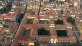 Satellietbeeld van oude huizen en straten in Pavia, Italië stock video