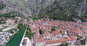 Satellietbeeld van Oude Stad Kotor met zijn fotress en rivier stock footage