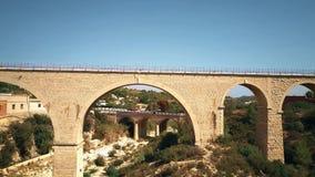 Satellietbeeld van overspannen bruggen in Spanje stock video