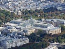 Satellietbeeld van Parijs Grand Palais, Petit Palais en Madelaine-kerk met toeristenboten op Zegenrivier royalty-vrije stock afbeeldingen