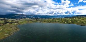 Satellietbeeld van Peruviaans landschap met groene landbouwgebieden en Puray een groot meer stock foto