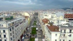 Satellietbeeld van plein met mensen onder een bewolkte hemel, Thessaloniki Griekenland, beweging vooruit door hommel