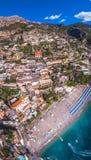 Satellietbeeld van Positano-foto, mooi Mediterraan dorp op Amalfi Kust Costiera Amalfitana, beste plaats in Itali?, reis royalty-vrije stock afbeelding