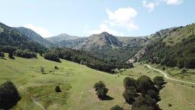 Satellietbeeld van Pyrenean weg op Ariege-bergen, Frankrijk stock video
