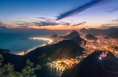 Satellietbeeld van Rio de Janeiro Coast met het strand van Copacabana en van Praia Vermelha bij nacht - Rio de Janeiro, Brazilië stock fotografie