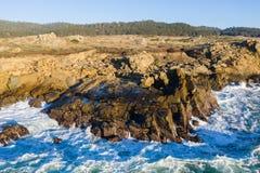 Satellietbeeld van Rocky Coastline in Noordelijk Californië stock fotografie