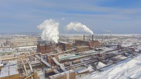 Satellietbeeld van rokende pijpen van de fabriek van de ijzerertsmijnbouw in de winter stock video