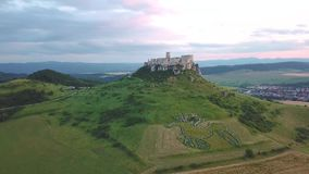 Satellietbeeld van Spis-kasteel in de zomer, tweede grootste kasteel in Middeneuropa stock footage