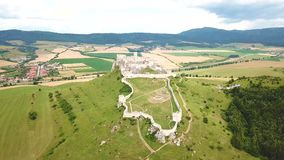 Satellietbeeld van Spis-kasteel in de zomer, tweede grootste kasteel in Middeneuropa stock video