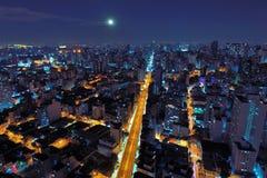 Satellietbeeld van stad bij nacht met een mooie maan, São Paulo, Brazilië stock foto