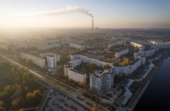 Satellietbeeld van stad in de herfst bij zonsondergang royalty-vrije stock fotografie