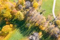 Satellietbeeld van stadspark tijdens zonnige dag royalty-vrije stock afbeeldingen